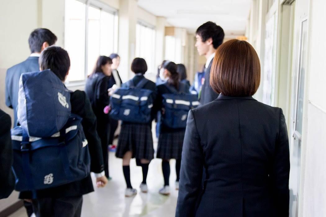 生徒を見送る学生教師