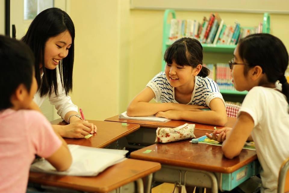 教師と子ども(加工済)